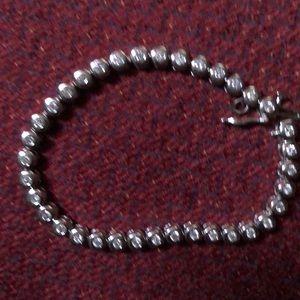 1 karat diamond bracelet surrounded by white gold